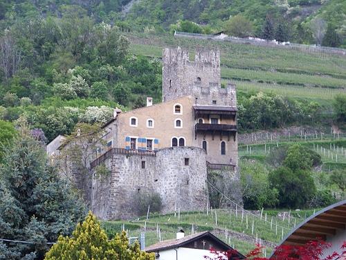 Castel Juval con i vigneti attorno