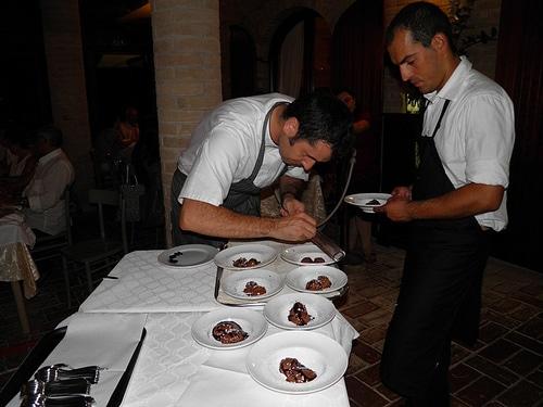 Lo Chef Paolo Mazzieri rifinisce il dessert al cioccolato