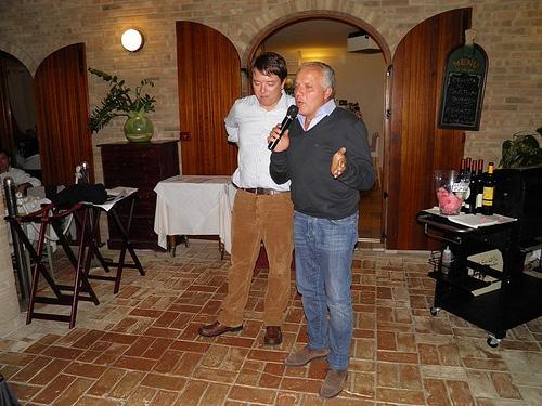 Maurizio Ceci, titolare dell'azienda Vignamato, con il microfono, e Francesco Annibali, relatore della serata