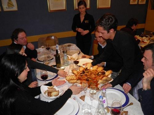 Il brodetto alla civitanovese arriva al tavolo